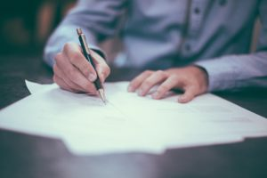 So sollte dein erster Arbeitsvertrag aussehen